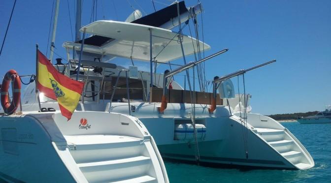 parte trasera del catamaran de alquiler en Ibiza