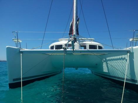 Espacio entre cascos de un catamaran en Ibiza