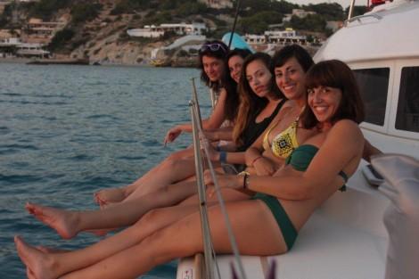 Velero de alquiler en Ibiza con chicas